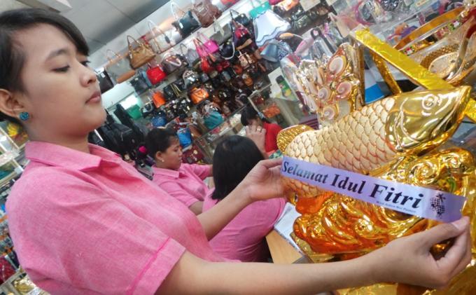 """Foto diambil dari jateng.tribunnews.com, berita: """"Yanti Ajarkan Pengunjung Mal Menghias Toples dan Parsel"""""""